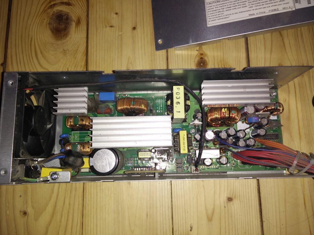 Supermicro Server-Netzteil mit geöffnetem Deckel