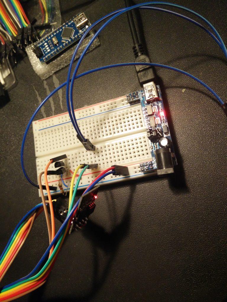 Der ESP8266 mit zwei DS18B20 zusammengesteckt auf einem Breadboard