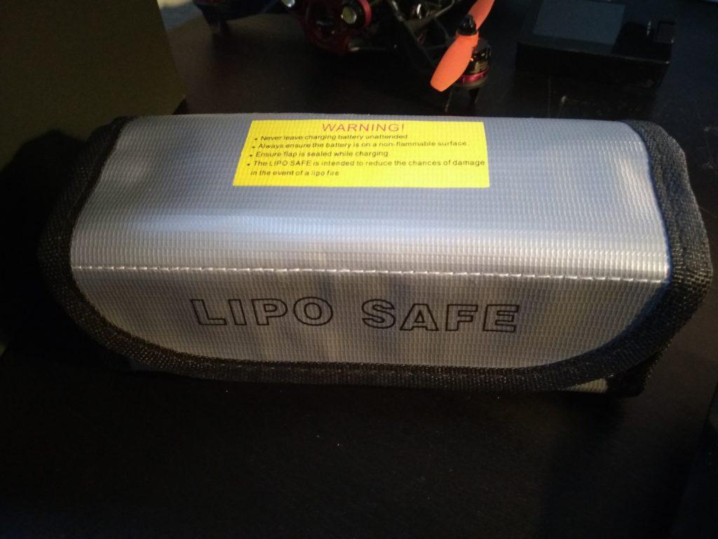 Eine mit LIPO SAFE beschriftete Tasche aus grauer Kunststoffgewebefolie